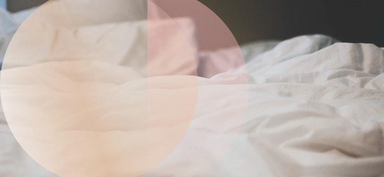 Ein Bett nach einer erfüllten Liebesnacht