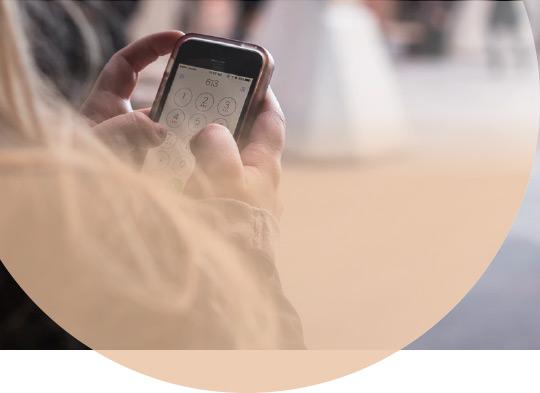 Frau ruft mobil ihren Beziehungscoach an