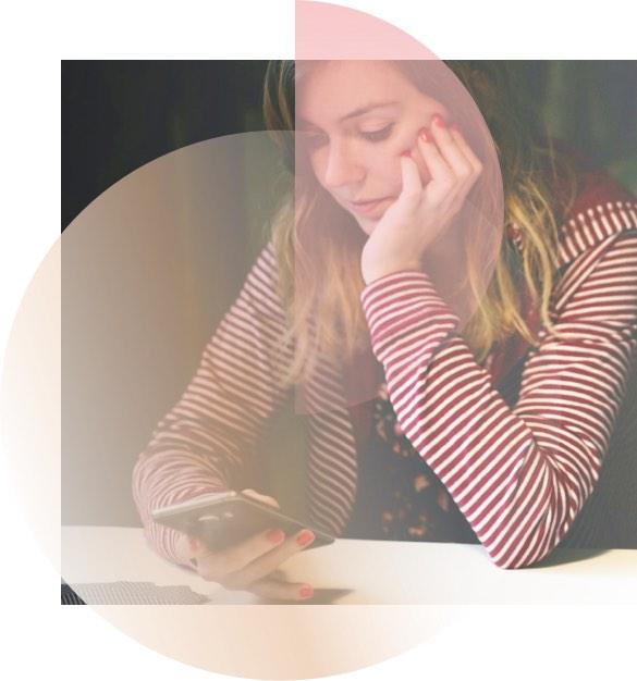 Frau schaut auf Smartphone und wartet auf seinen Anruf