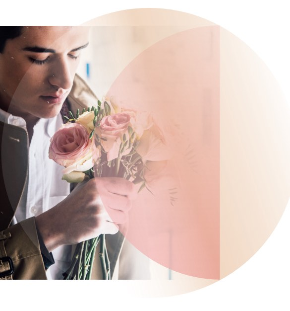 Er schenkt ihr Blumen