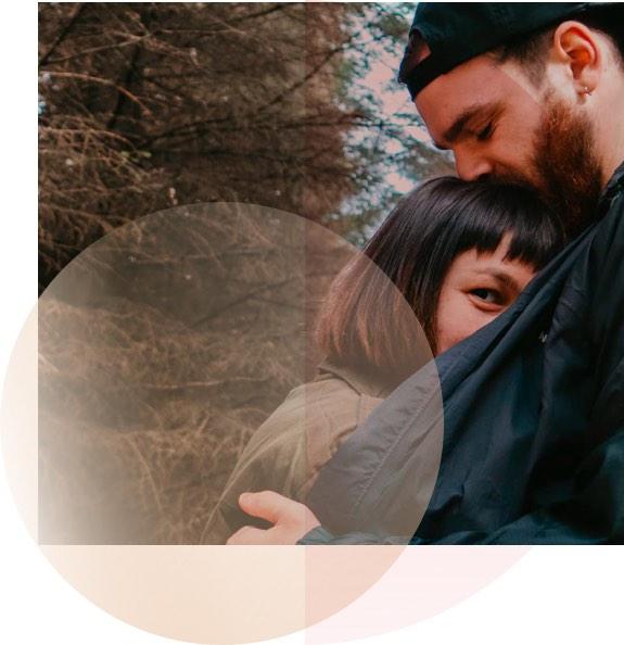 Paar umarmt sich und fühlt sich sichtlich wohl und ist glücklich
