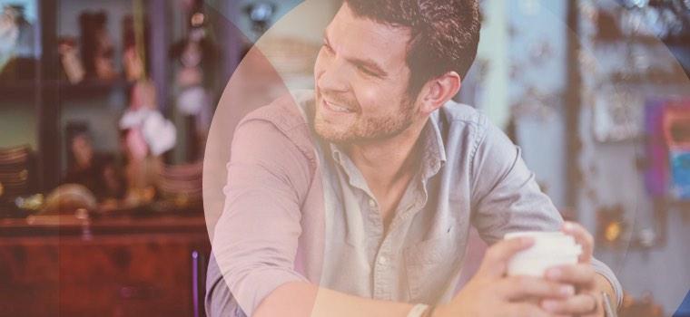 Mann flirtet im Cafe