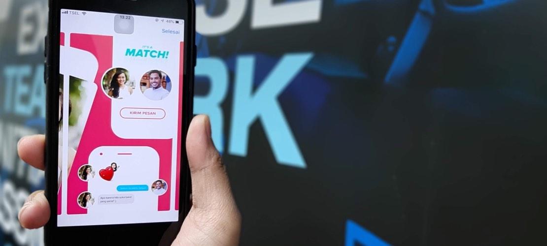 Smartphone zeigt Online Dating App und einen Match
