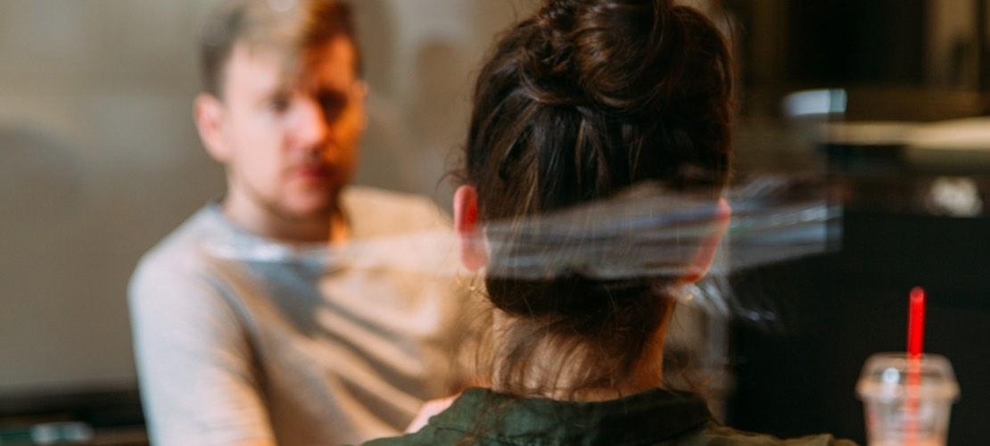 1. Dating im Cafe, Mann und Frau unterhalten sich